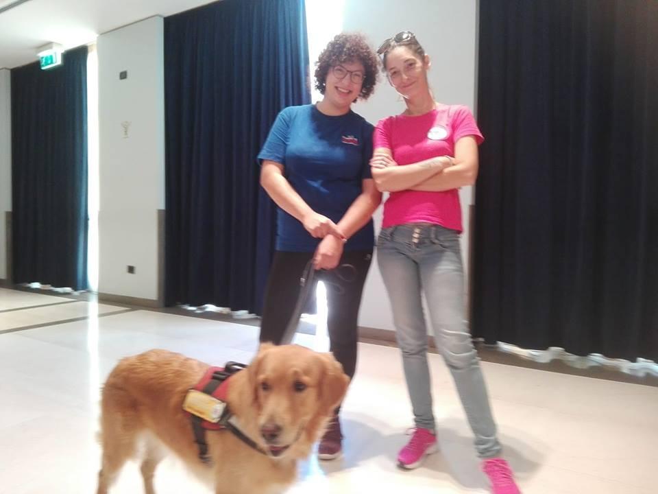 Due volontarie del Progetto Serena insieme ad un cane