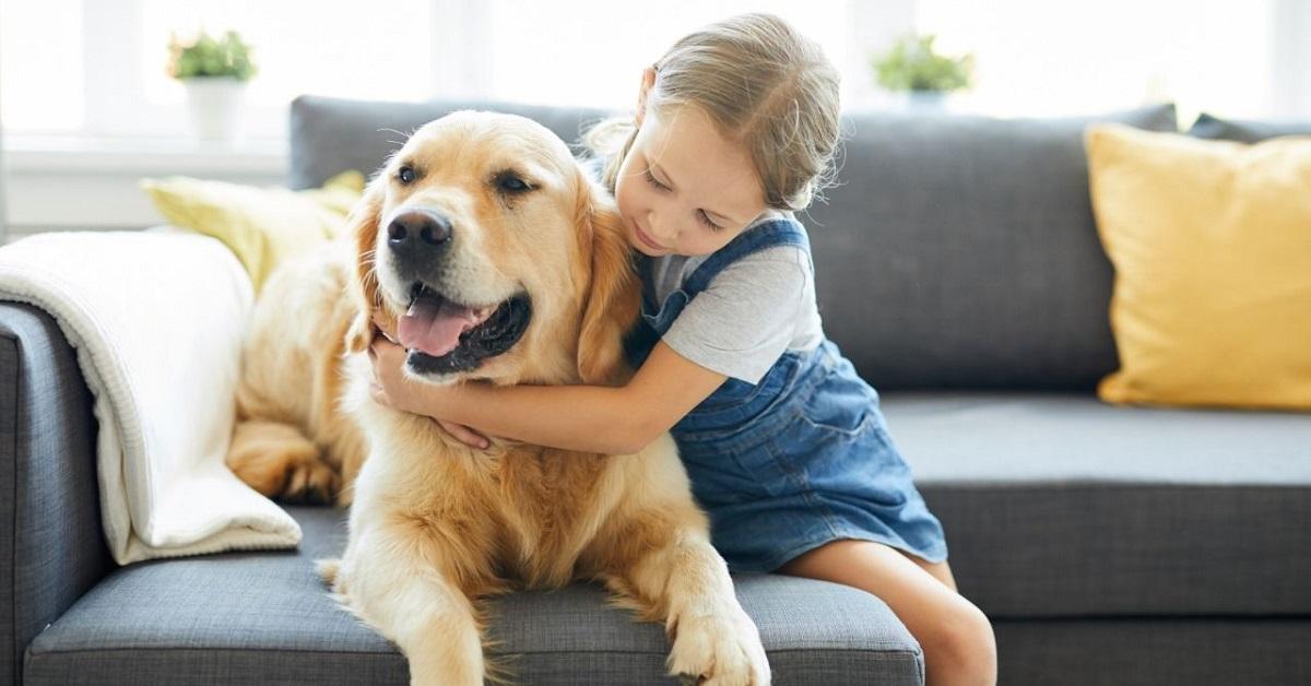 bambina abbraccia il proprio cane