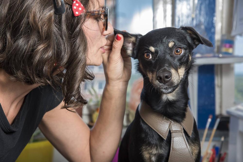 Cane che ascolta una ragazza