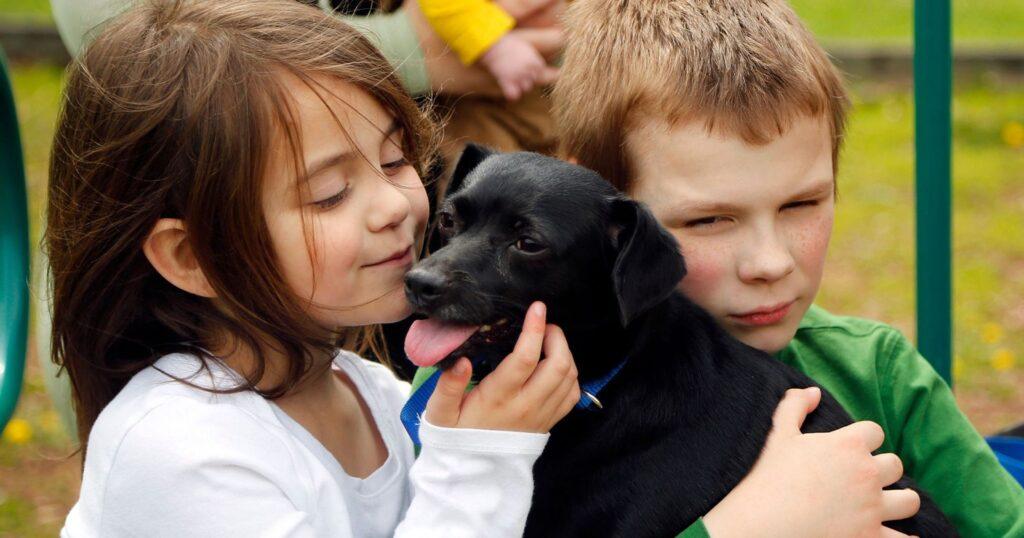 Cane insieme a due bambini