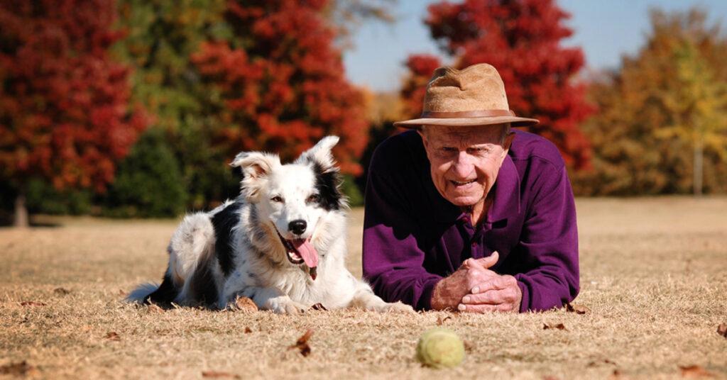 Cane sdraiato insieme ad un uomo