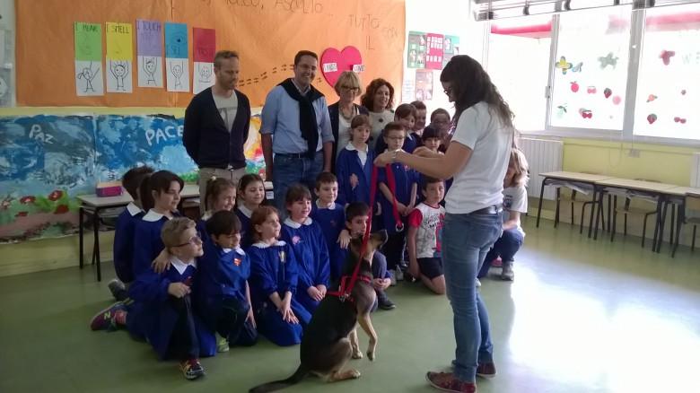 Cane tra i bambini in una classe