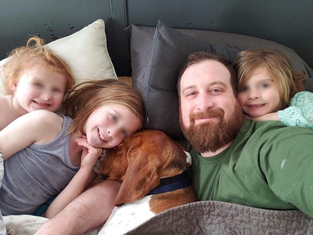 Il cane Edgar insieme alla sua famiglia