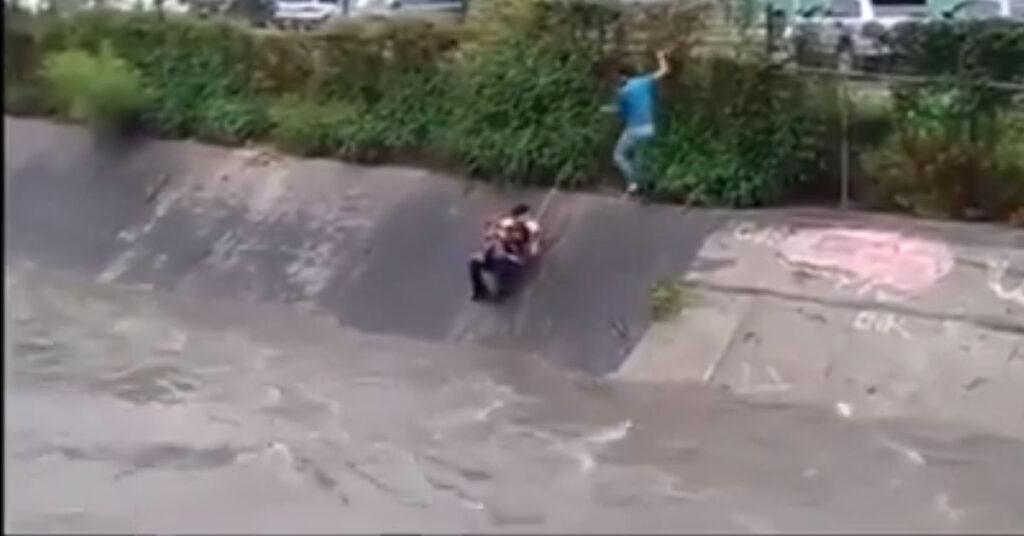 Messico, salvataggio di un cane finito in un torrente: il video