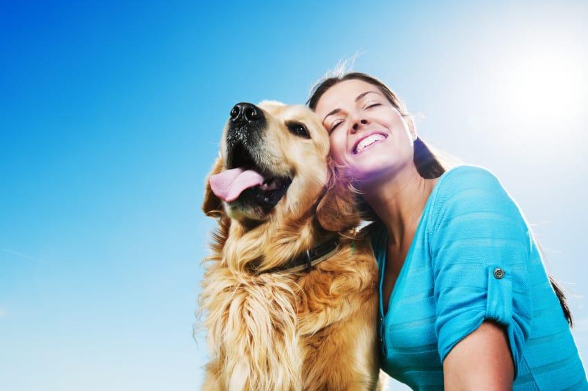 Una ragazza insieme al suo cane