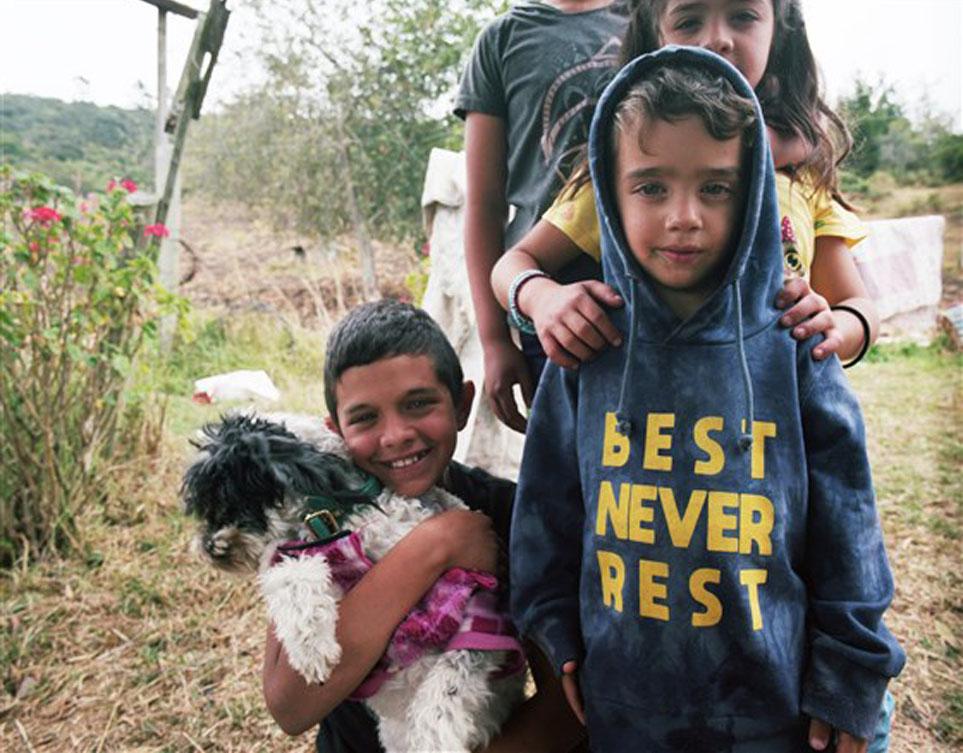 Bambini con un cane