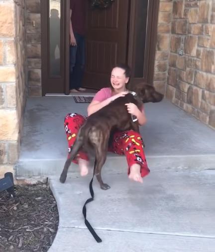 Cane abbracciato da una ragazza felice