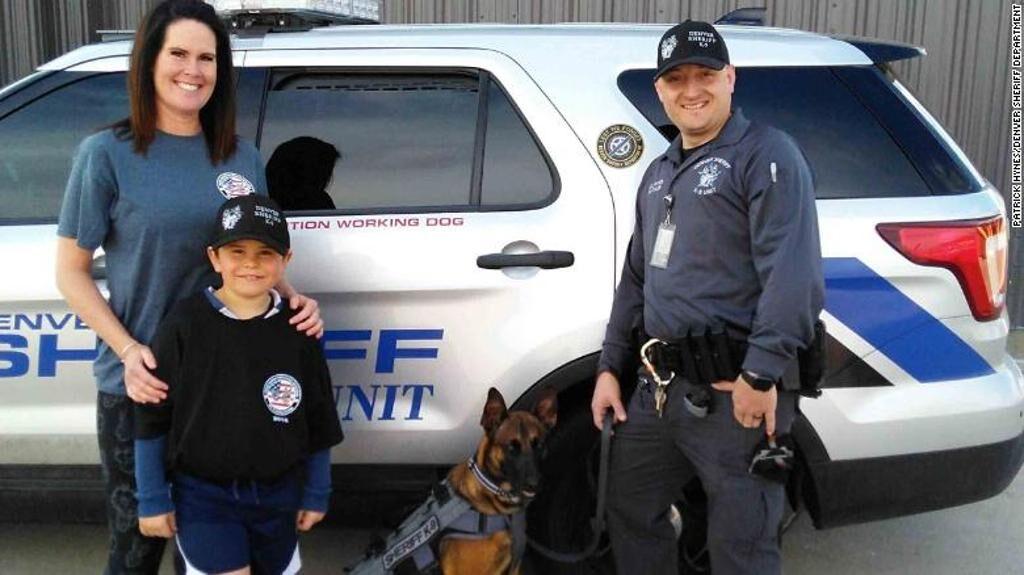 Cane insieme a dei poliziotti