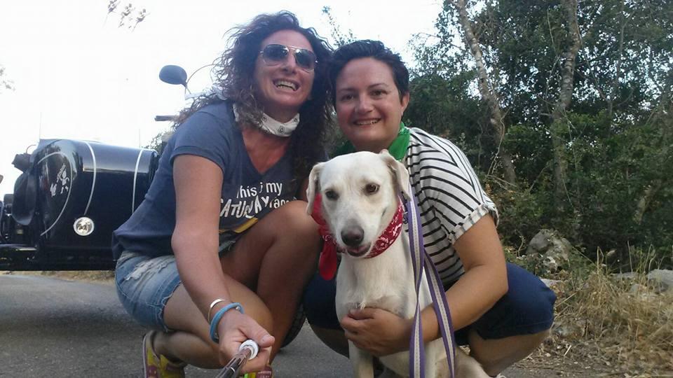 Un cane insieme a due donne