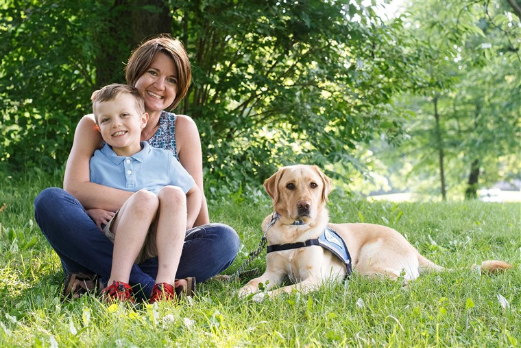 Un cane insieme ad una donna e a suo figlio