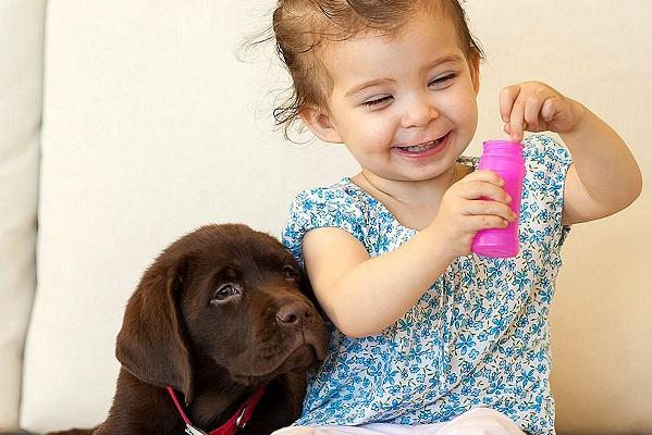 bimba e cucciolo di cane