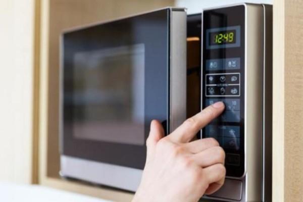 un forno a microonde acceso