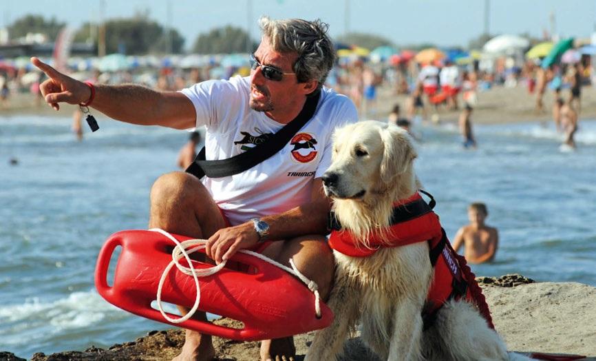 Cane da salvataggio insieme al suo istruttore