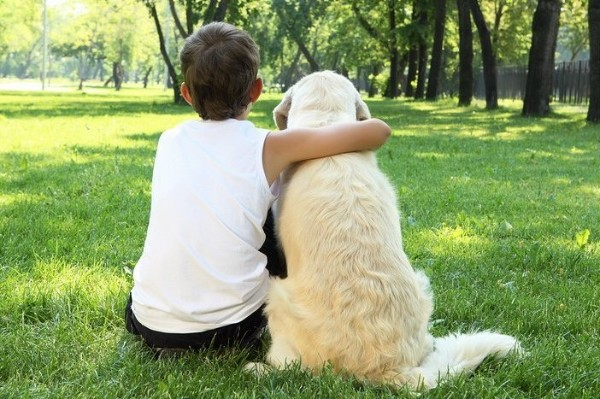 cane abbracciato