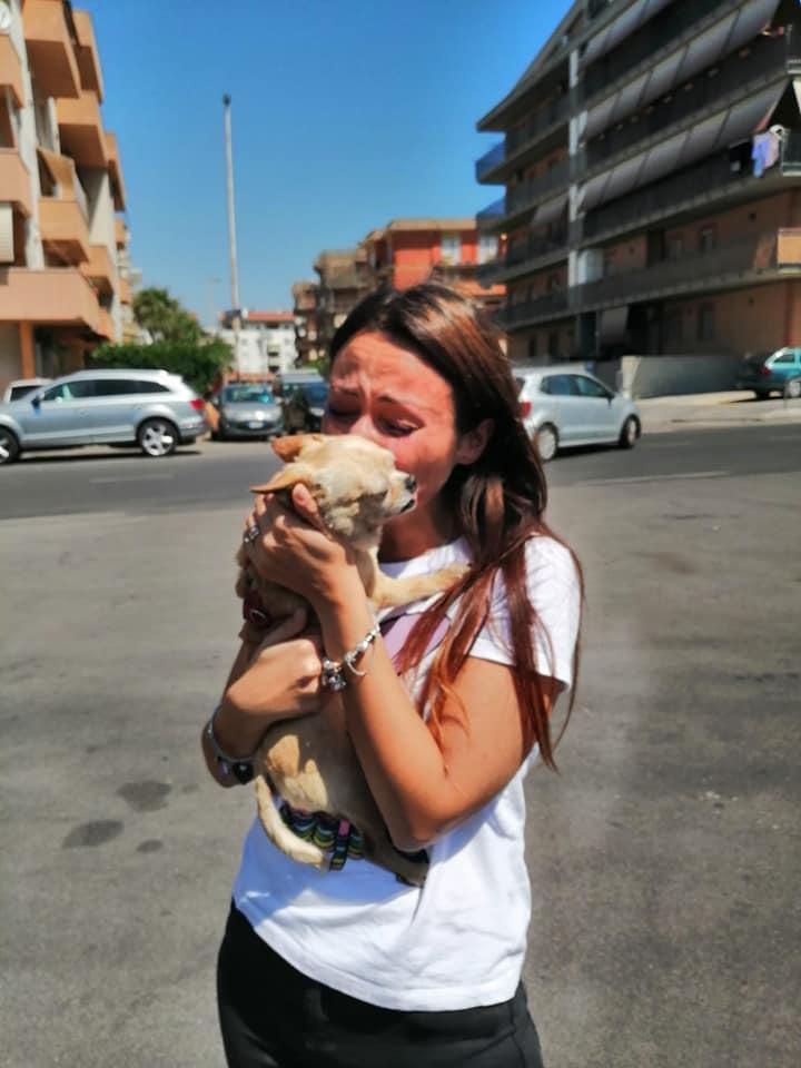 Cane abbracciato ad una ragazza
