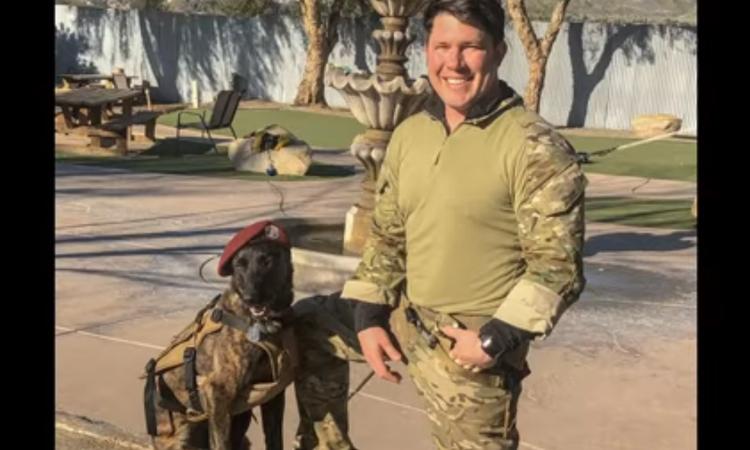 Cane con un militare