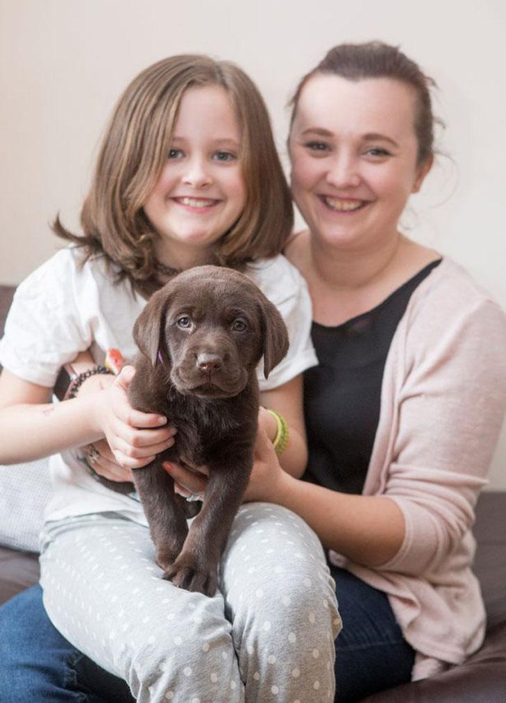 Cucciolo di cane con la sua famiglia