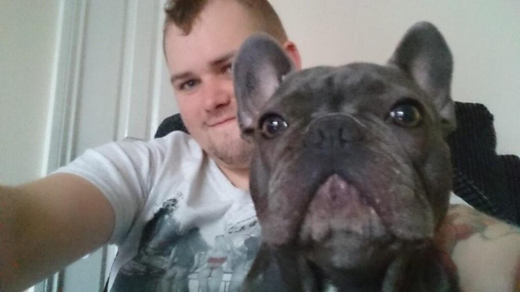 Selfie con cane e ragazzo