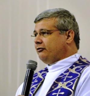 Cane viene trovato dal prete a riposare sul grembo di Gesù