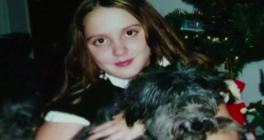 Bambina insieme ad un cane