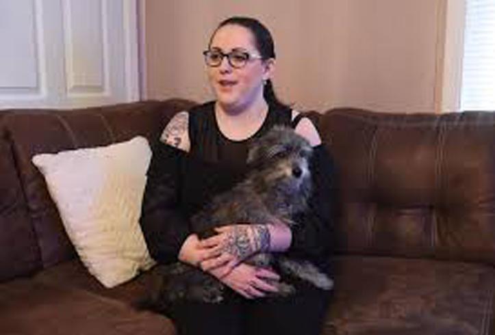 Donna con un cane in braccio