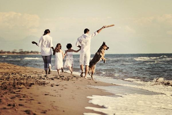 famiglia al mare con il cane