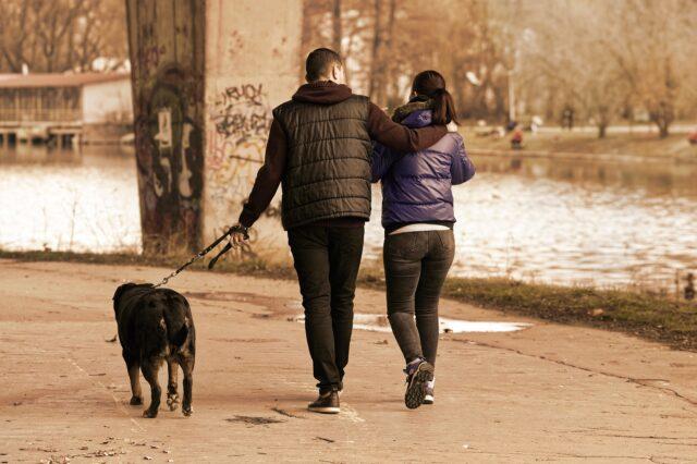 coppia per strada con cane