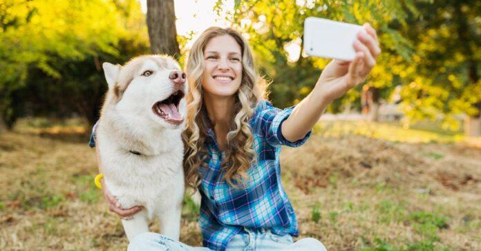 ragazza scatta un selfie con il suo husky