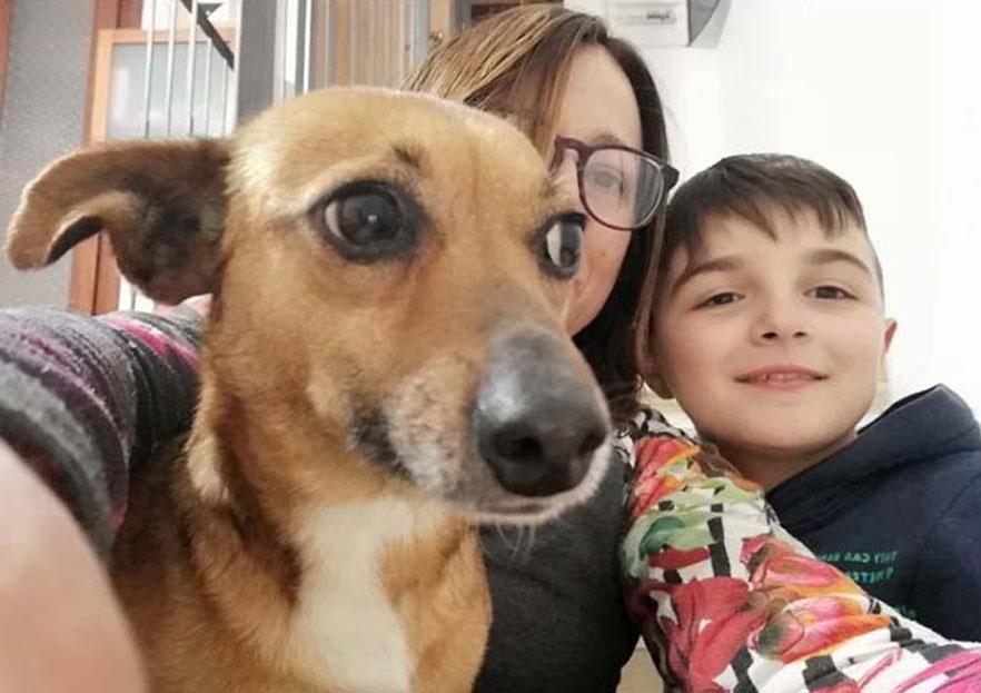 Cane con Gabriele e la sua famiglia