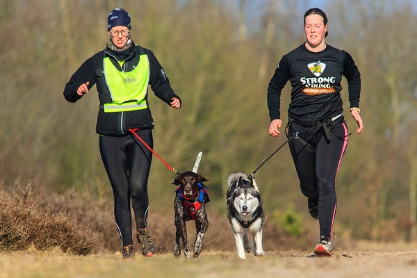 ragazzi corrono con il cane