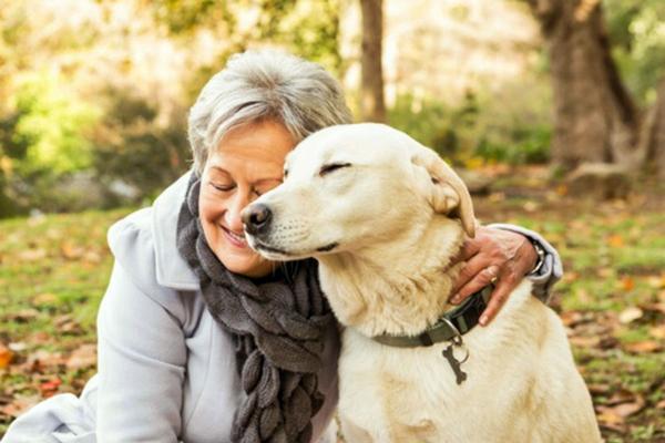 nonna con il cane
