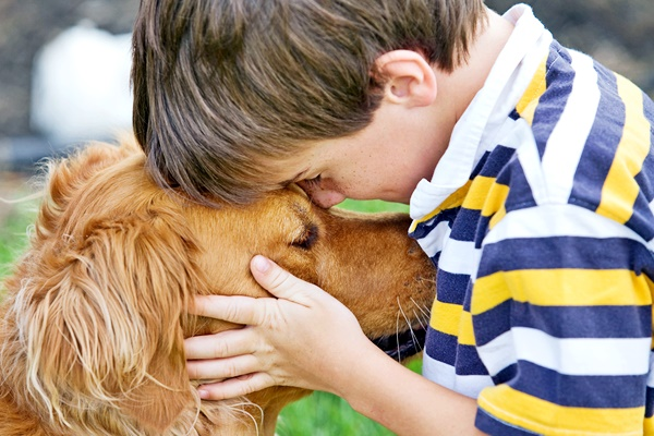 bambino bacia il suo cane