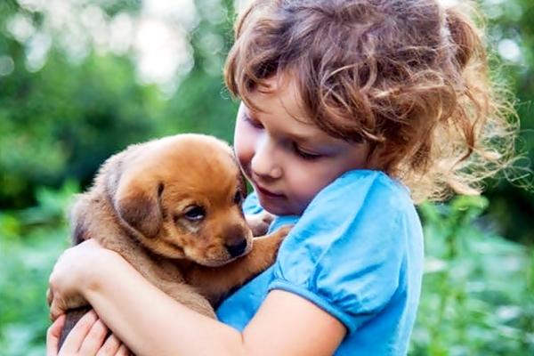 bambina con cucciolo di cane