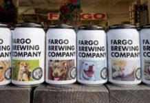Foto di cani sulle lattine di birra