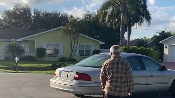 Cane si impossessa dell'auto e guida nel viale per circa un'ora
