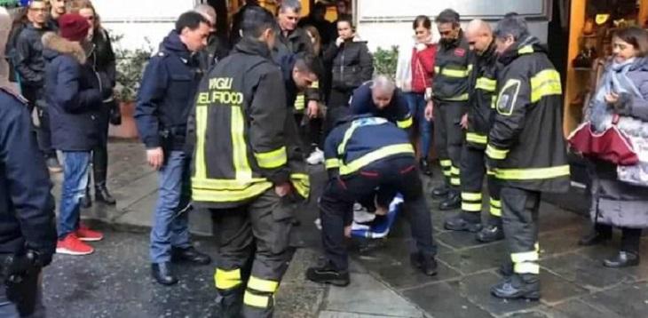 Il cane si getta dal terzo piano di un palazzo, i vigili del fuoco lo salvano