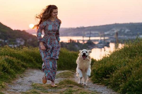 ragazza e cane che corrono