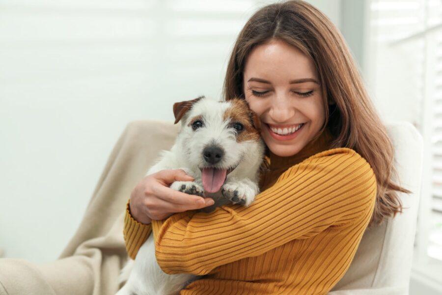 ragazza abbraccia il suo cucciolo di cane