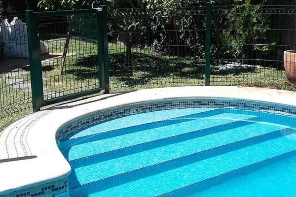 piscina recintata per impedire al cane di entrarci