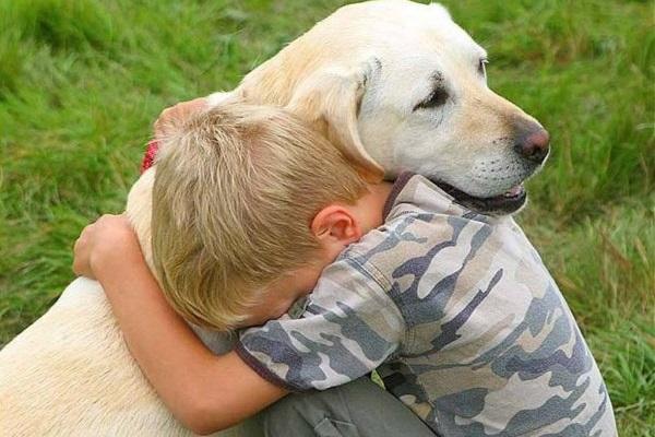 bambino abbracca cane