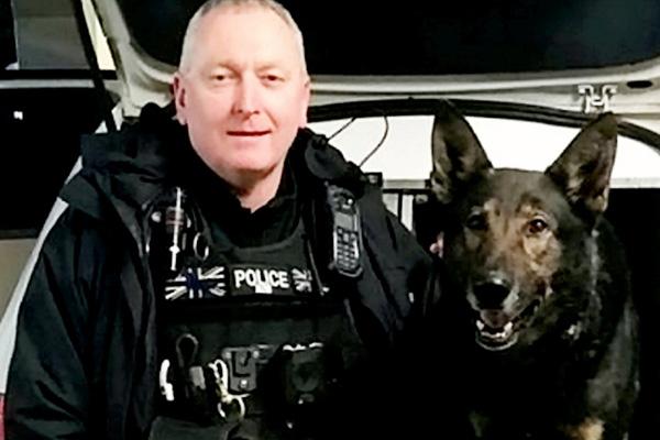 Cane con un agente di polizia