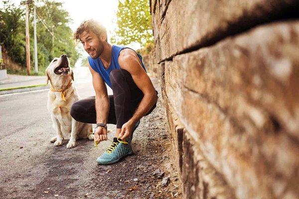 ragazzo si allena con il cane