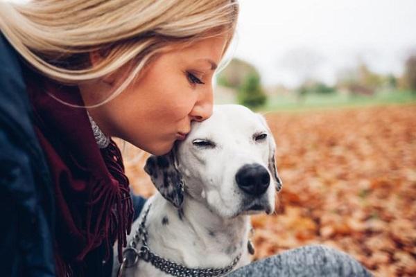 donna bacia cane