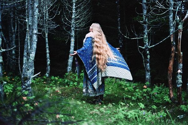 donna nel bosco cane