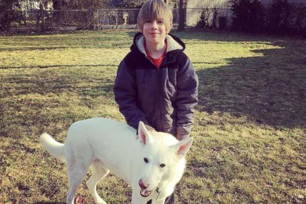 Bogart, il cane che ha ritrovato il suo padroncino dopo molto tempo: il video dell'incontro