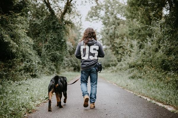 ragazzo a passeggio con il cane