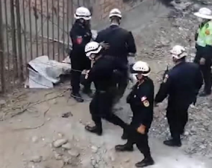 Il salvataggio di uno sfortunato cane caduto in un dirupo (VIDEO)