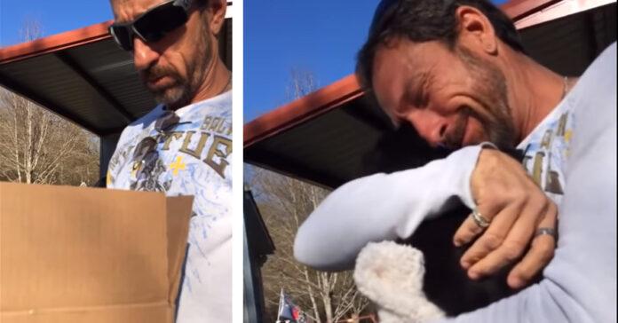 Uomo abbraccia cucciolo di cane