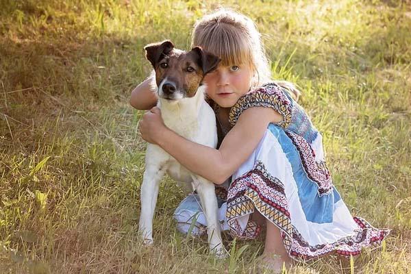 Cane abbracciato ad una bambina