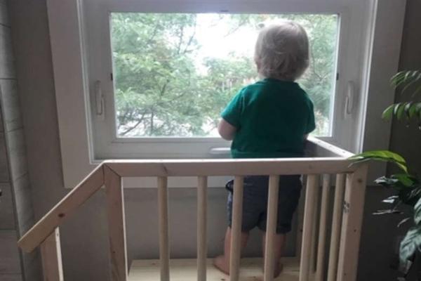 bambino su una scaletta